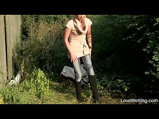 Violeta Mix pee pissing