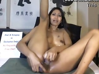 Exotic woman solo squirting