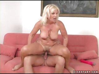 Une femme mature se fait marteler la chatte par un jeune