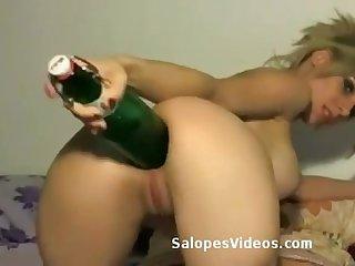Fist anal pour blonde aux gros seins