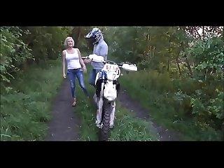 Coroa transando com motoqueiro