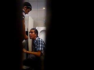 Mamando e tomando porra no Banheiro
