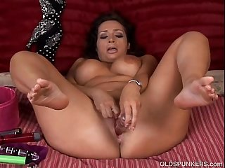 Busty milf loves to fuck her minge