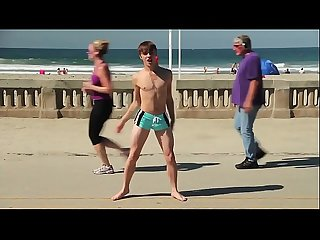 Twink dancing in the beach with speedo bulge / Novinho dan�ando sunga na praia