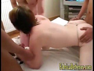 Rubia pervertida aguanta dos pollones al mismo tiempo chupa y por el culo A la vez Teen experta