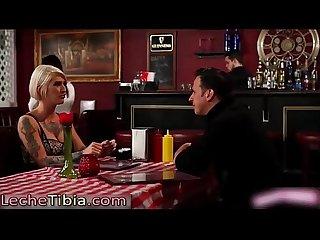 Hacen sexo en bao de restaurante