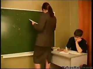 Garoto pega a professora para no repetir de ano