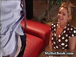 Gorgeous blonde MILF Kelly Leigh has a bit of a fo