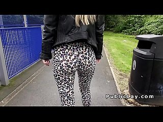 Engels blond in Legging pony outdoor