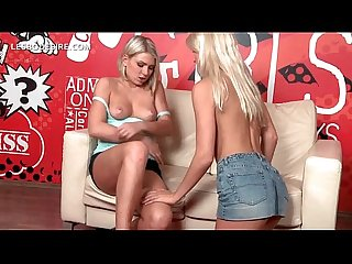 Lesbo stunner spreading sexy legs for hot cunt lick