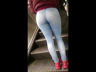 Rubia con buen Culo en jeans claros en el Metro