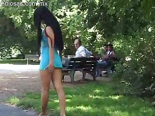 Desnudandose en el parque a plena luz del dia