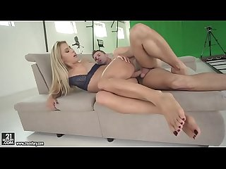 Hot blonde Nikky Thorne does foojob