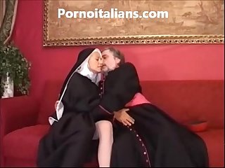 Suora troia scopa in Culo col vescovo sister slut fucks in the ass with