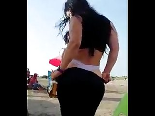 Colombiana borracha bailando en la playa