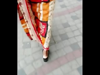 SEXY WORKING WOMAN IN SAREE ON ROAD 2