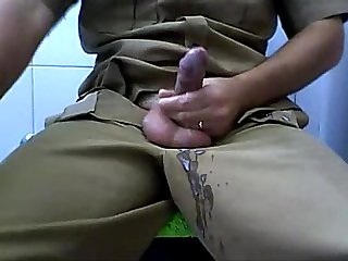 Policial sacudo na punheta