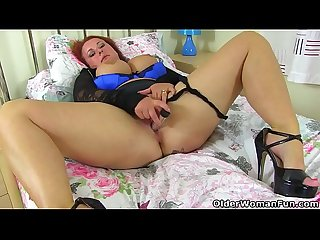 Chunky milf Diamond from the UK fucks herself